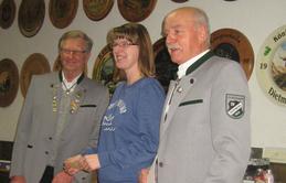Für eine Überraschung sorgte Christina Slusarek, die auf dem Bild in der Mitte steht, mit dem Dritten Rang bei Wettbewerb um den Ehrenpokal. (Fotograf: Rainer Weiß)