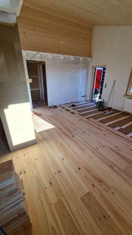 Bodenbelag Kiefer Massivholzdielen unbehandelt. Innenausbau mit wohngesunden Baustoffen. Der Holzboden wird anschließend geschliffen und geölt.