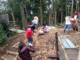 里山で子どもたちと一緒に秘密基地づくりをしています。
