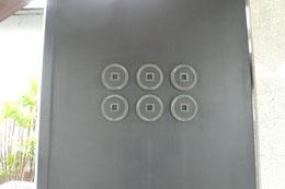 門扉に、寺の定紋「六文銭」が