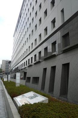 大阪府警察本部南側には説明板が