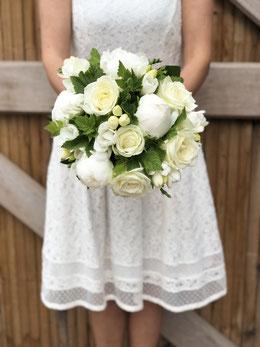 Bouquet de mariée blanc, roses, pivoines, fressias et cassis.