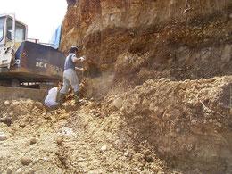 ひたすら掘ります。固い!!