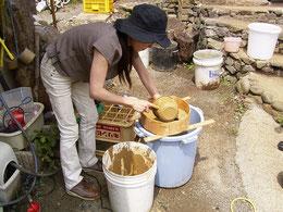 粘土の精製作業