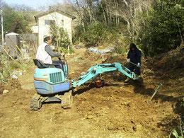 ユンボで粘土掘削