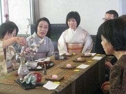 正座が苦手という方のために、椅子に座って煎茶を楽しむ席も設けられた。