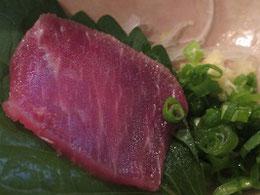 鯨の刺身。美味しさのあまり、写真をとるのを忘れる。最後に残った一枚。