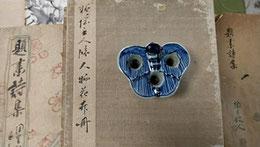頼桃三郎先生遺愛の蝶型筆立て