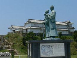 手前の頼山陽像の向こうに勝海舟像、   さらには復元された富岡城が見える。