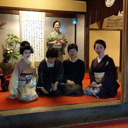 石村良子代表とお姉さま(中央)     後ろは花月の女将