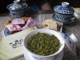 お茶の葉にお湯を足して飲み続ける。   お菓子付きで1300円くらい。