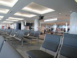 手荷物検査を受けて搭乗を待つが、乗客の姿がまばらというか、見当たらない。