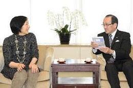 3月22日 右は松井一實広島市長、左は 見延典子。広島市役所市長室にて