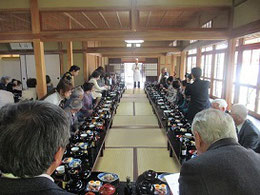 昼食会場にはずらりとお膳が並ぶ     料理の解説をされる酔心の市川先生
