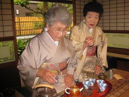 煎茶について語る石村良雪先生。写真右。 頼山陽ネットワーク代表。竹原森川邸にて。