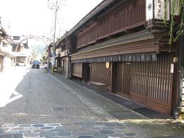 斉藤美術館と八幡のメインストリート