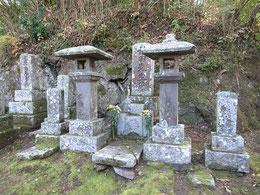 マニアしか訪れないであろう田能村竹田の墓非常にわかりにくい場所にある。