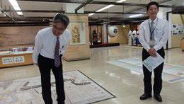 三原市教育委員会文の担当課長(左)と解説くださった学芸員の山崎愛一郎さん(右)