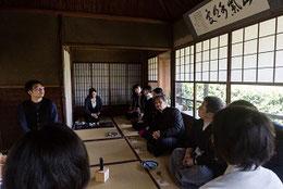 第一部『床』の荻野(右から3人目)と  島村幸忠(左)(撮影:高橋保世)