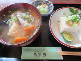 そば米雑炊は餅入り。豆腐は固め。デザートによく冷えたわらび餅がついて1000円
