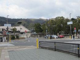 左はJR島本駅舎。桜井駅址は右手にある。