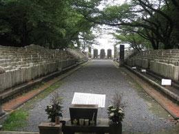 陸軍墓地の入口に立つと、厳かな雰囲気に思わず足がすくむ。8月5日正午頃。墓地に人影はない。一礼し、深呼吸してから足を踏み入れる。玉砂利の音が響く。