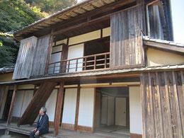 竹田荘の母屋でくつろぐ近砂敦さん