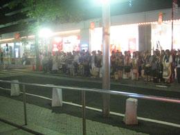 東京の宝塚劇場前で、出待ちする女性たち