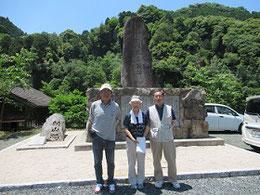 2013年12月に再建された「頼山陽先生詩碑」。左から中津のオッサン、燦々プロジェクト代表吉森晶子さん、島藤寿敏さん