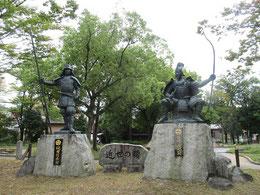 織田信長像(左)と今川義元像(右)