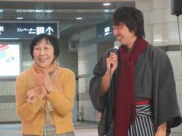 MCの松川友和さん(右)と見延典子