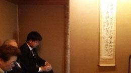 茶を味わう頼山陽記念文化財団事務局長  山木茂さん