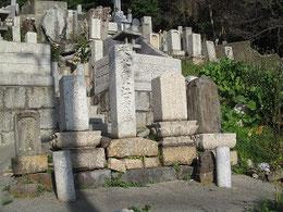 広江殿峰一家の墓。中央に殿峯の息子秋水、右隣が殿峰、さらに右が殿峰の妻?