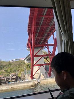 高速艇に乗り、音戸大橋の下を通過。
