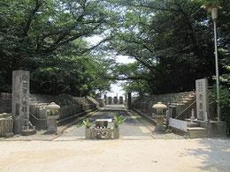 明治5年(1871)、広島鎮台が置かれる前年に作られる。3500基の墓石がある。