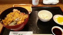 昼食のウニ定食 海鮮丼の上にウニ一箱