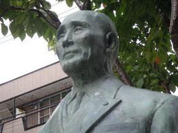 本郷商店街に建つ「長濱萬蔵翁像」