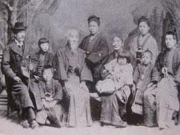 徳冨家の人々。左端蘇峰。右端蘆花。