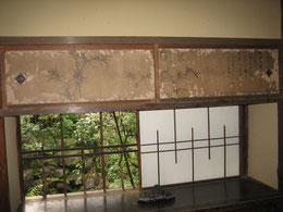 物入れの絵は確か小田百谷の作。      さりげなく水石も置かれている。