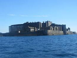 真っ青な空と海を割るように姿を現した島影