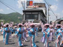昨年の頼山陽祭り。村田英雄が歌う「頼山陽音頭」にあわせて踊る地元の女子中学生。