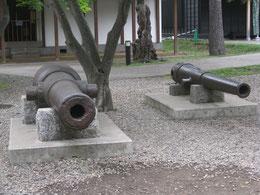 新旧の大砲も残る(共に五稜郭内)