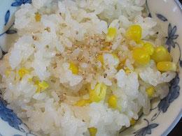 普通に研いだお米にとうきびを入れて炊くだけの手軽さ。以前は昆布や塩を入れて炊いていたが、最近はとうきびだけ。これが美味。