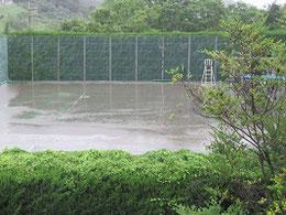 雨に沈む拙宅近くテニスコート 7月6日夕