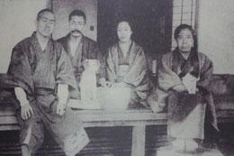 熊本時代の漱石と鏡子夫人(中央の二人)