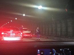 事故車の右がつぶれている。