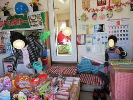 駄菓子を選ぶ久美子さんと店のおばさん