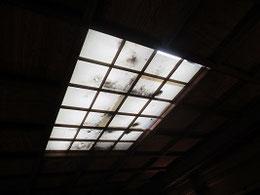 天井の明りとりにも歳月の流れ