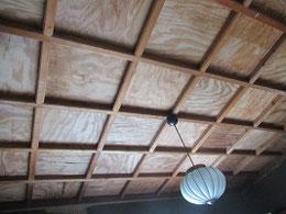 天井板は意匠が凝らされている