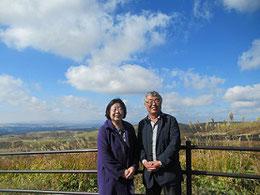 進藤多万さん(左)と案内人の近砂敦さん